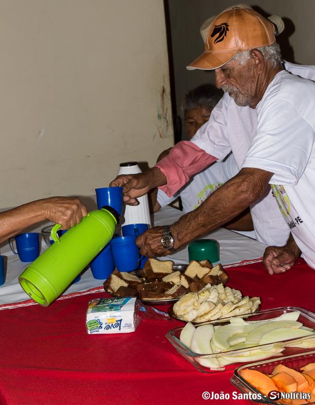 Lanche sendo servido aos idosos após as brincadeiras