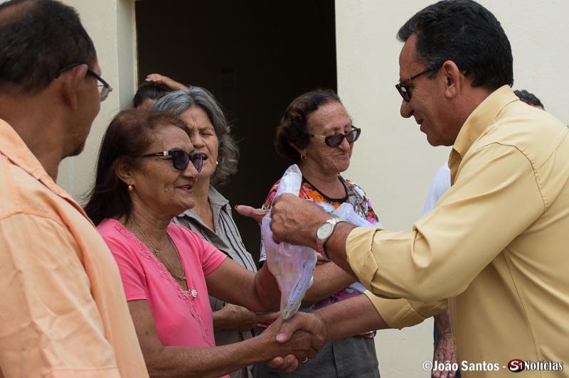 O Prefeito Djalma Alves fez questão de fazer a entrega das fardas pessoalmente