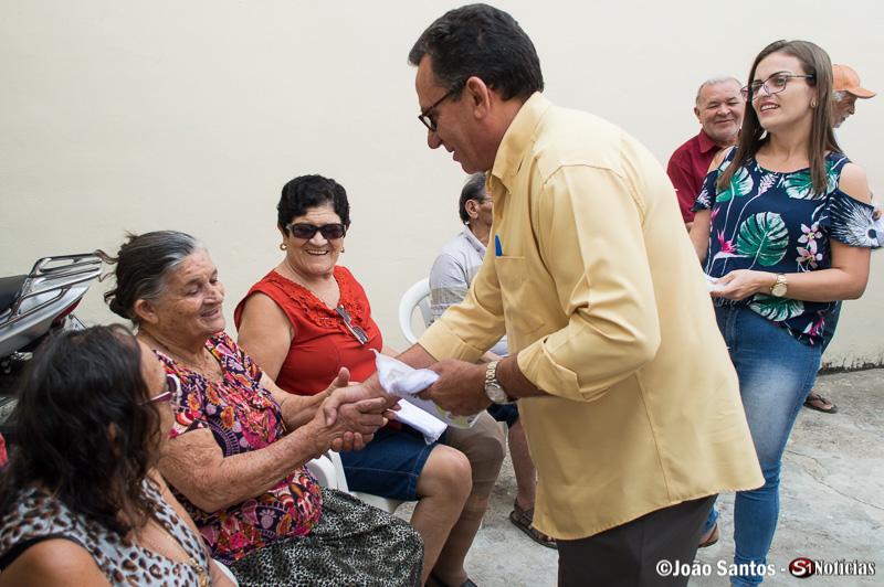 Djalma Alves entregando farda a idosa