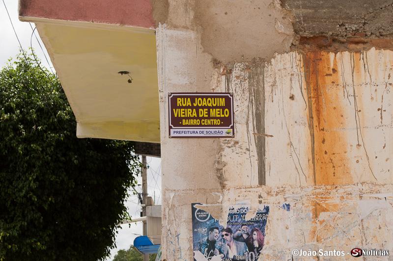Placa nova na Rua Joaquim Vieira de Melo em Solidão