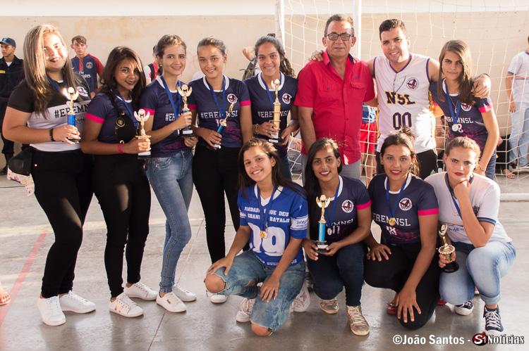 Prefeito Dajlma Alves junto ao professor Tony Xavier com campeãs EREM