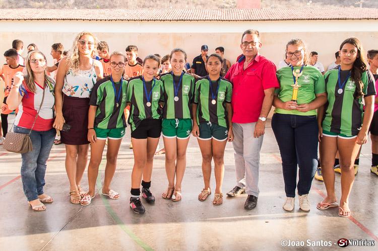 Prefeito Djalma Alves junto a Diretora e Professora com campeãs da Escola M. Manoel Marques