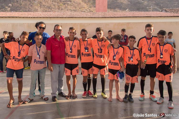 Prefeito Djalma Alves junto a Professora com os campeões da Escola M. José Gonçalves
