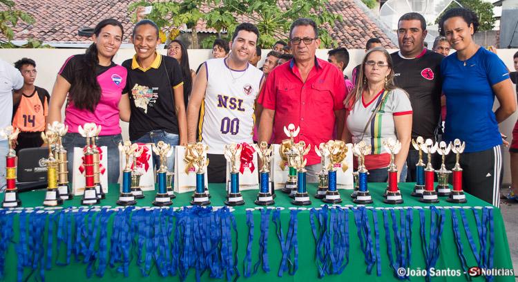 Professores junto ao Prefeito Djalma Alves na mesa de premiações