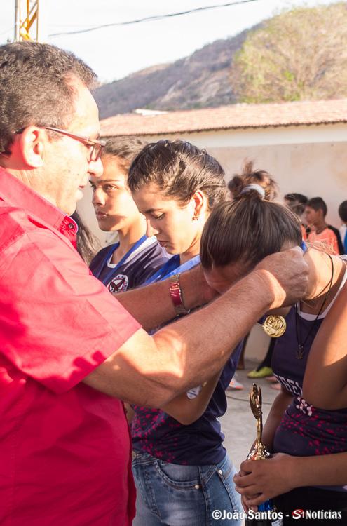 Prefeito Djalma Alves entregando medalhas a Campeãs da EREM Nossa Senhora de Lourdes