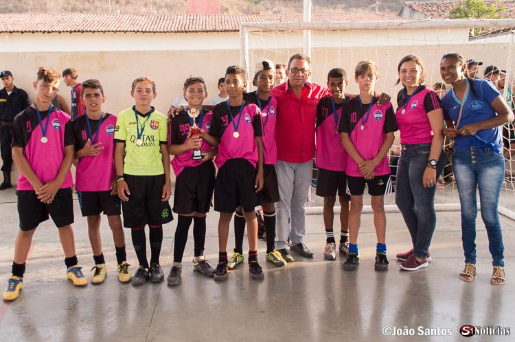 Prefeito de Solidão junto a Professora e Diretora com os campeões da Escola M. José Alves
