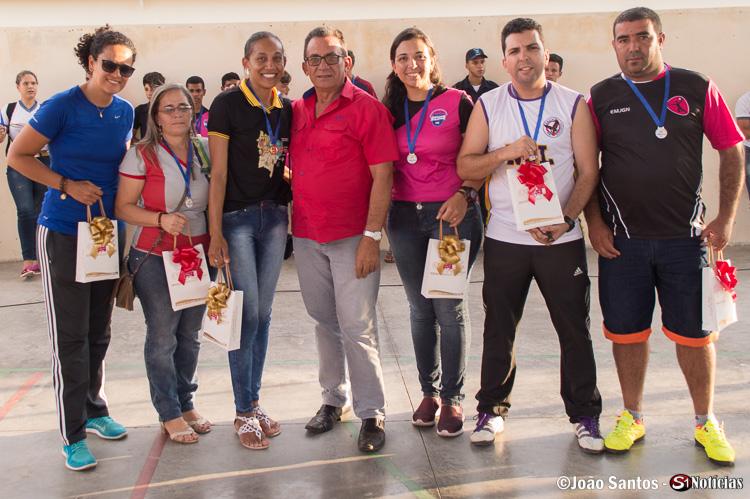 Prefeito Djalma Alves presenteia os professores treinadores das escolas municipais e estadual