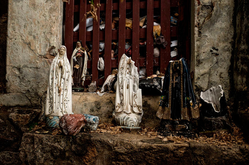 Registro de estatuas deixadas por romeiros na gruta de Solidão - Foto: Tiago Calazans