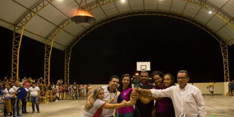 Prefeito Djalma Alves e professores seguram a tocha após o acendimento da pira – Foto: João Santos
