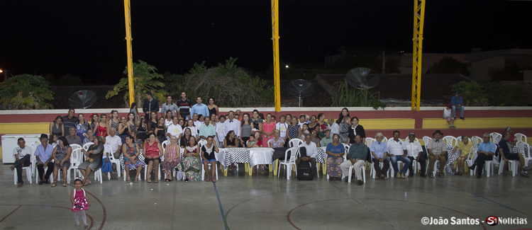 Equipe e o prefeito juntos aos idosos participantes do SCFV
