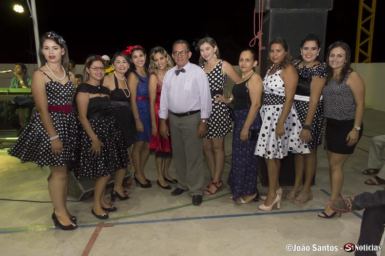 Parte da equipe feminina do CRAS e CREAS juntas ao Prefeito Djalma Alves