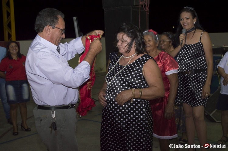 Prefeito Djalma Alves colocando a faixa de rainha do baile na vencedora Maria