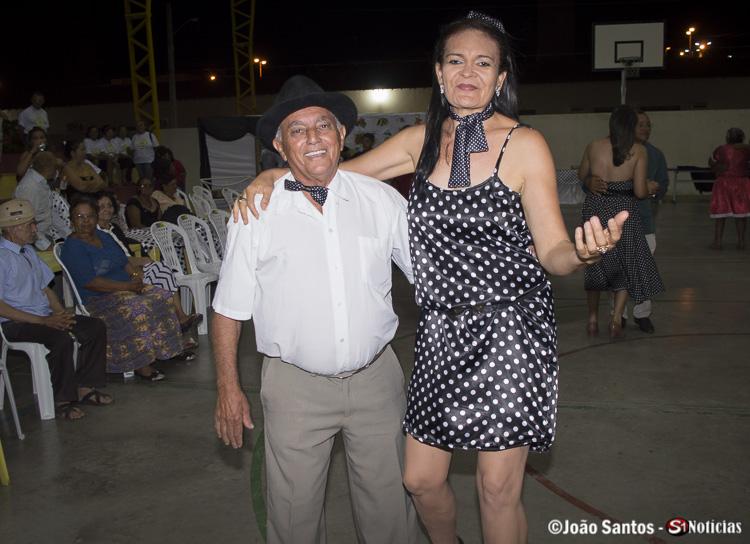 Convidados dançando ao som de BKL