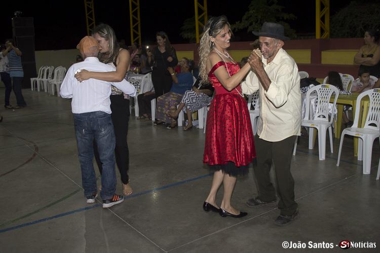 Idosos dançando em momento de descontração