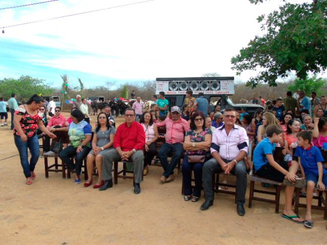 Fiéis junto ao Prefeito Djalma Alves e a 1º dama durante a celebração da santa missa – Foto: Blog do Veras