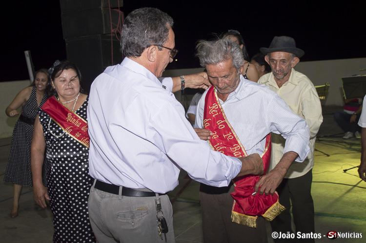 Prefeito Djalma Alves colocando a faixa de rei do baile no vencedor João Morais