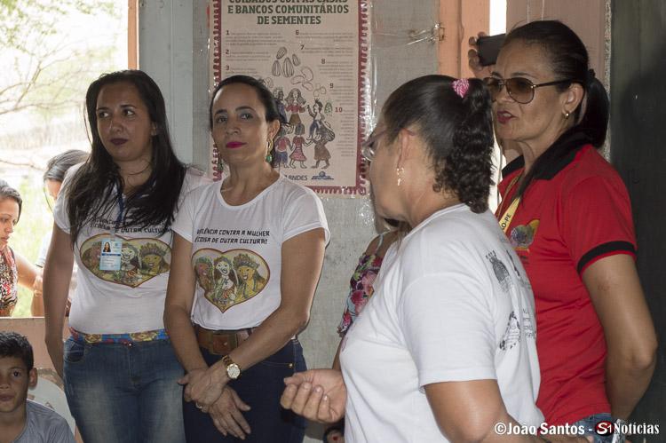 Equipe do CRAS de Solidão discursando durante o encontro