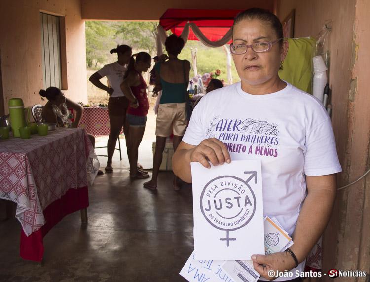 Presidente da Associação, Zilda Simões com cartaz usado em um dos movimentos realizados na cidade de afogados da Ingazeira