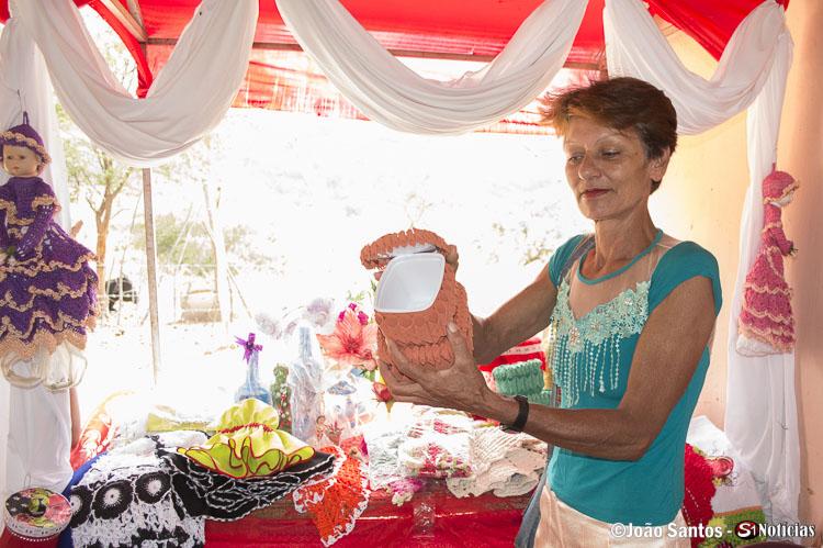 Associada mostrando uma peça de artesanato, produzida por ela mesma