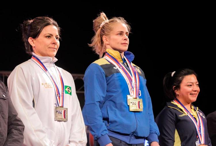 A Solidanense com as outras 2 esportistas no pódio, em Pilsen na República Checa – Foto: IPF/ S1 Notícias