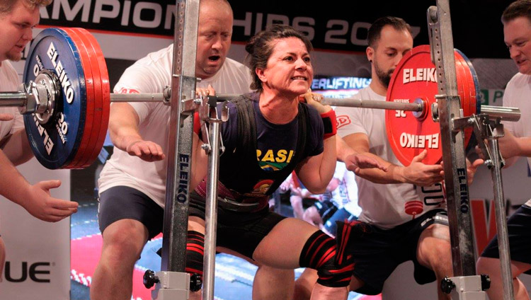 Cícera Tavares competindo no agachamento, em Pilsen na República Checa – Foto: IPF/ S1 Notícias
