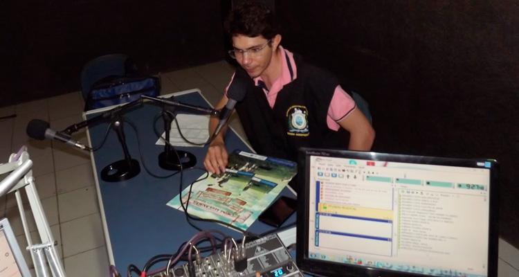 O Gerente Ailson Lima da Adagro de Tabira, na Rádio Serra Linda - Foto: Girleno Veras/ S1 Notícias