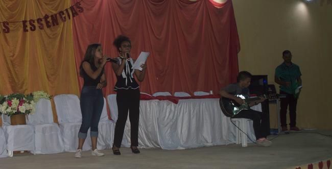 A poeta Alecssandra Ramalho é homenageada no 4º recital de poesia realizado pela EREM – Fotos: João Santos
