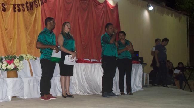 Gestor da EREM Wilson Barbosa junto aos professores em seu pronunciamento – Foto: João Santos