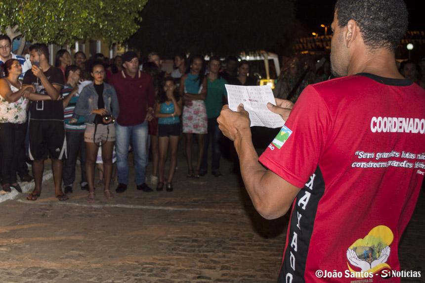 Coordenador Agrinele, do Grupo de Xaxado Bandoleiros de Solidão, fazendo a apresentação ao público