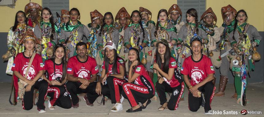 Agrinele junto ao Grupo de Xaxado Bandoleiros de Solidão e equipe de suporte