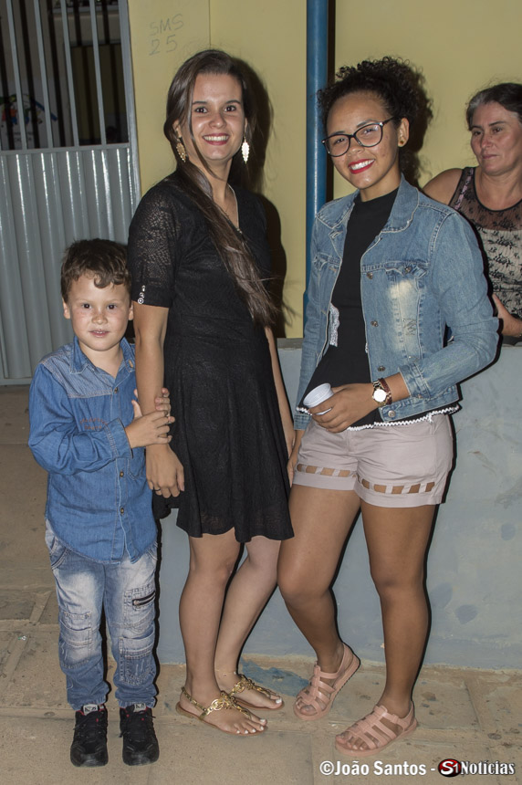 Locutora Larissa Sousa junto a amiga