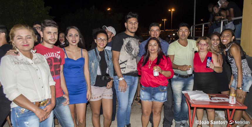 Bruno Fernandes junto com amigos e familiares