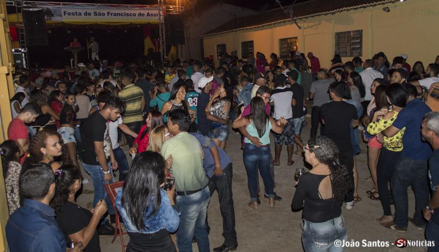 Público dançando ao som de Vanilsom dos Teclados