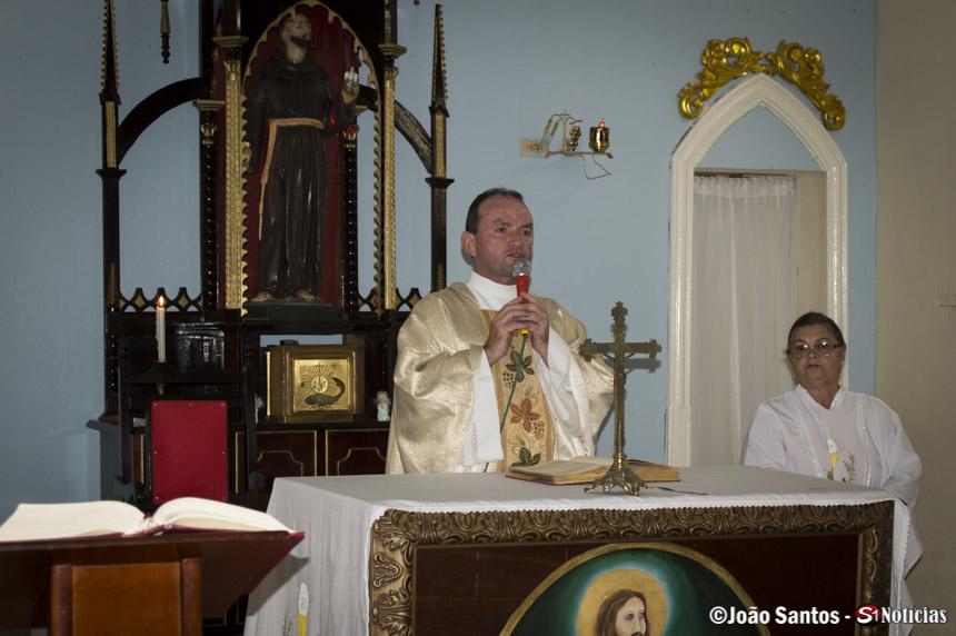 Padre Ginildo Herculno celebrando a missa