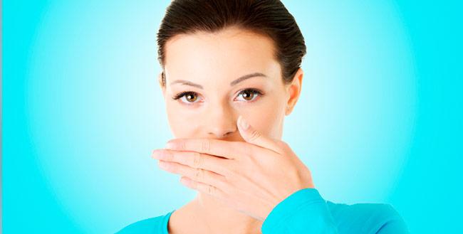 A placa bacteriana que se forma naturalmente na boca, é outra condição que contribui para o mau hálito – Foto: Reprodução