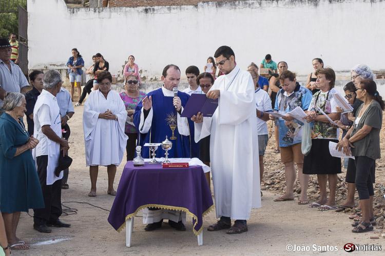 Pe. Genildo Herculano realizando missa no cemitério de Solidão