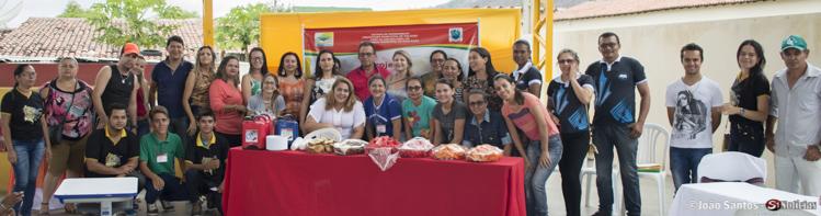 Equipe de professores, diretores, secretários, organizadores e o prefeito Djalma Alves