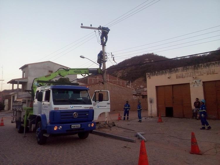 Empresa fazendo a reposição do poste – Foto: Reprodução