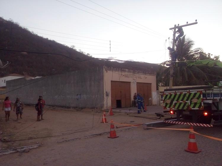 O poste ficou suspenso apenas pelos ferros da estrutura e afiação – Foto: Reprodução