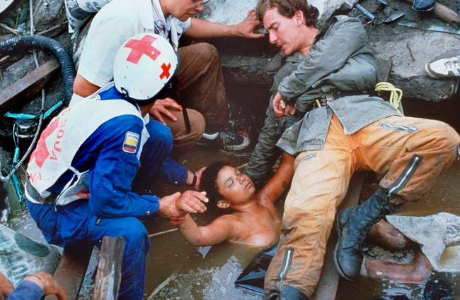 Cerca de 60 horas depois de presa aos escombros e dentro da água, Omayra morreu – Foto: Reprodução