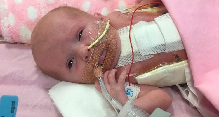 Vanellope deveria ter nascido no Natal, mas veio ao mundo em uma cesariana – Foto: BBC/ Glenfield Hospital