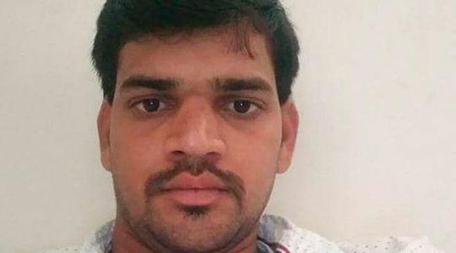 Rajesh pretendia assumir a identidade do assassinado, mas faltou treinar alguns detalhes básicos – Foto: Reprodução