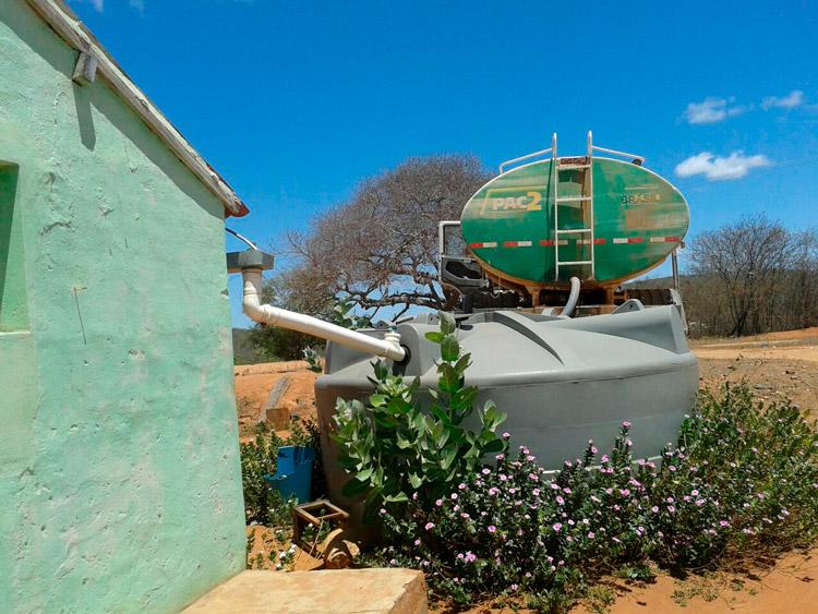 Carro-Pipa fazendo abastecimento a família na zona rural de Solidão