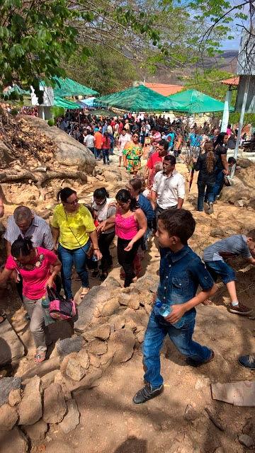 Fies se aglomeraram para pegar um pouco da água Foto: Girleno Veras