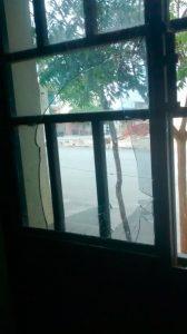 Porta quebrada pelo acusado – Foto: Divulgação