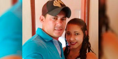 Mulher sobe em palco durante show e pedi namorado em casamento em Quixaba
