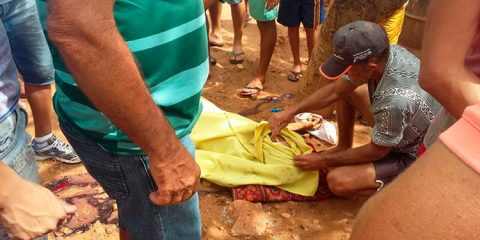 Idoso ainda no local do crime – Foto: Blog Cauê Rodrigues/ Reprodução