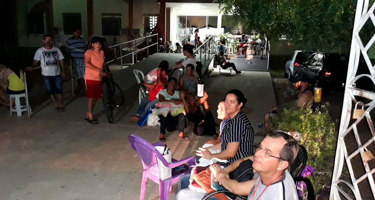 Pais formam fila para matricular filhos na escola Dom Mota em Afogados