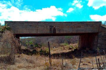 Primeira ponte que corta o Rio Pajeú corre risco de desmoronamento