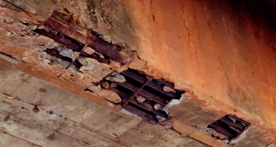 Havarias nas estruturas da primeira ponte que corta o Rio Pajeú – Foto: Pajeú On-line